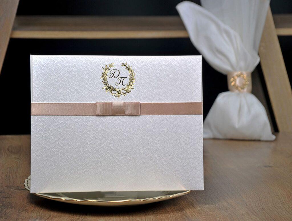 Προσκλητήριο Γάμου με αρωματικό χαρτί και εκτύπωση χρυσοτυπίας - μπομπονιέρα πουγκί με αντικέιμενο ίδιο σχέδιο με το προσκλητήριο