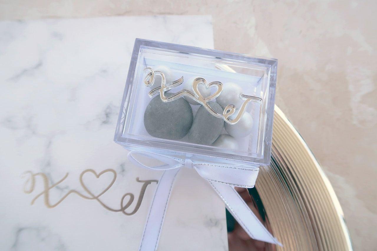 Μπομπονιέρα Γάμου κουτί plexiglass με ασημί καθρέπτη μονογράμματα και κουφέτα Χατζηγιαννάκη