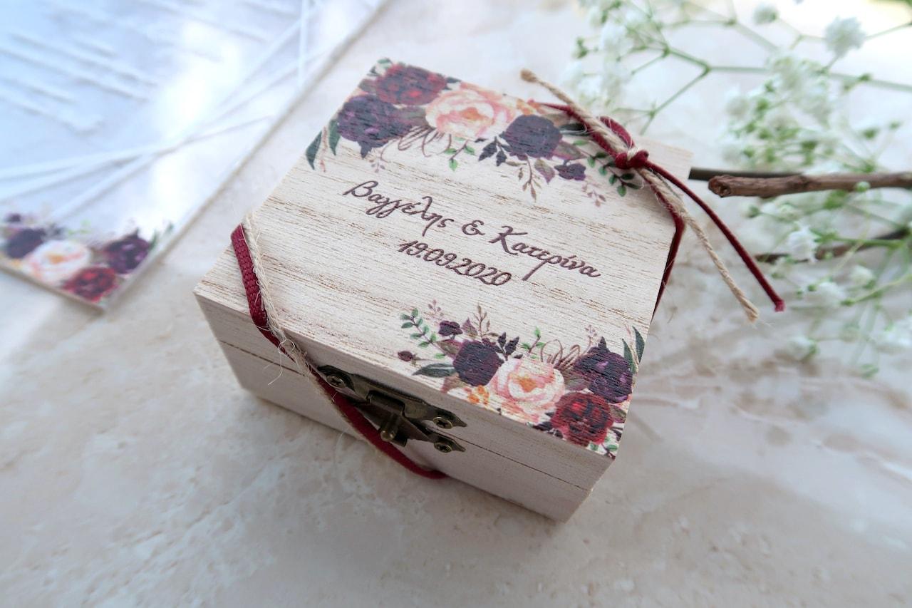 Μπομπονιέρα Γάμου σε ξύλινο τετράγωνο κουτί με εκτύπωση ίδιου θέματος με το προσκλητήριο
