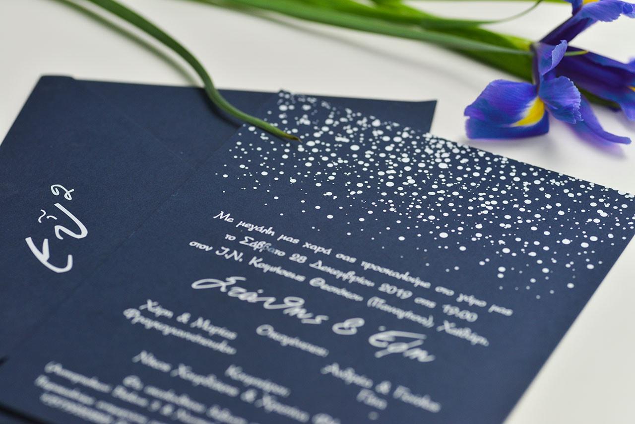 Μπλε navy προσκλητήριο γάμου με λευκοτυπία